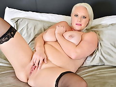 Efficacious figured milf Cameron Skye fingers their way hungry pussy
