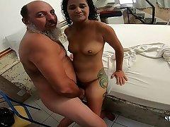 Velho tarado quer foder a novinha Aline Cassia antes da Cena - Sandro Lima - Binho Ted