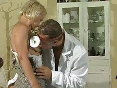 56Jahre Oma Pussy Untersuchung beim jungen Arzt